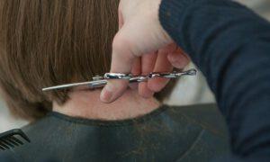 Fryzjerka zakażona koronawirusem. Mogła mieć kontakt z 60 klientami!