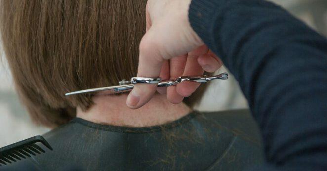 rzucił ją bo ścięła włosy