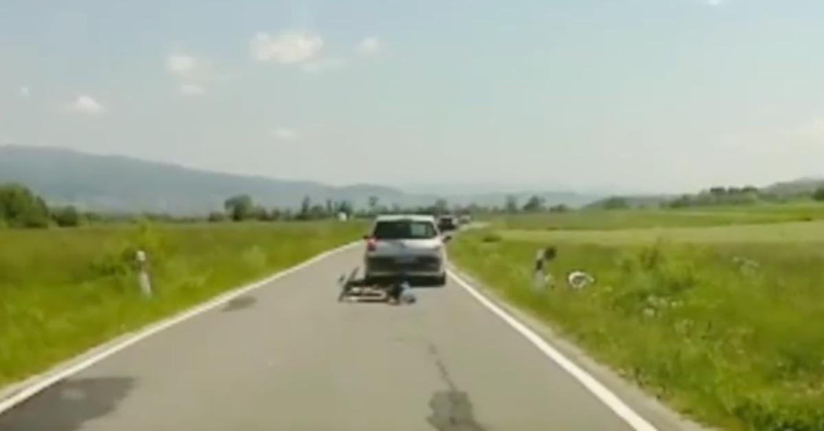 kierowca zaatakował rowerzystów