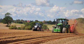 traktor przygniótł mężczyznę i dziecko