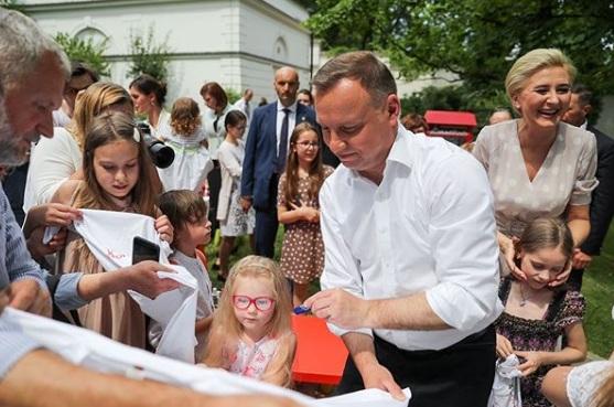 Rafał Trzaskowski wygrywa w sondażu 2