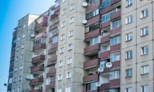 Roczne dziecko wypadło z okna na 4. piętrze! Chłopiec cudem przeżył