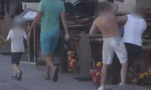 Niespodziewanie uderzył pięścią w twarz obcą kobietę idącą chodnikiem [WIDEO]