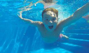 Dziecko przyssało się do dyszy basenu. 7-latek doznał poważnych obrażeń ciała