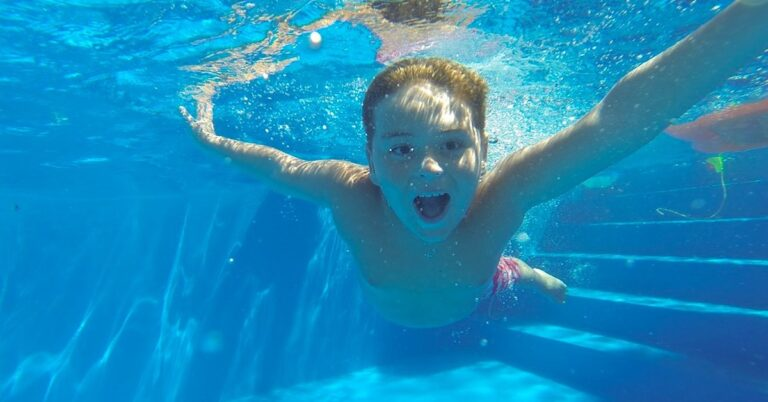 Dziecko przyssało się do dyszy basenu