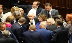 """Posłowie chcą podnieść sobie pensje? """"Prezes Kaczyński przymknie oko"""""""