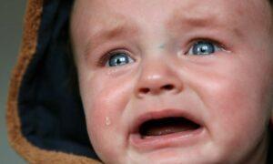 Dziecko płacze i krzyczy w samolocie? Przecież to normalne i naturalne!