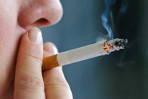 Koronawirus roznosi się przez dym papierosowy