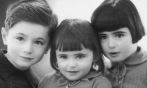Poruszające zdjęcie z Auschwitz. Trójka dzieci niedługo po jego wykonaniu zmarła
