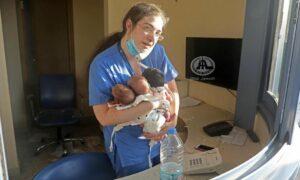 Wybuch w Bejrucie. Zdjęcie noworodków w objęciach pielęgniarki obiegło świat