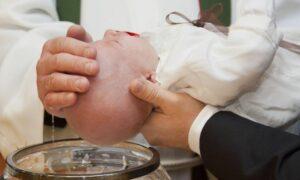 Zmiana formuły chrztu. Poznaliśmy oficjalne stanowisko Watykanu w tej sprawie
