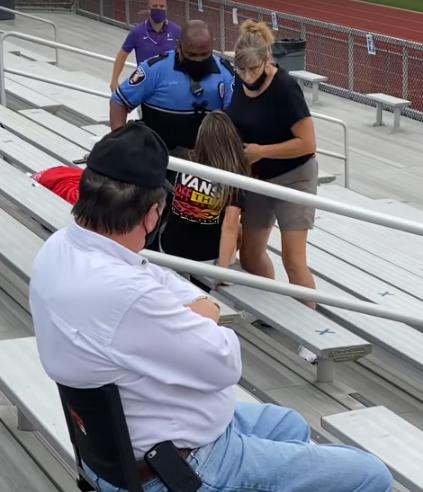 Kobieta przyszła na mecz bez maseczki  ochronnej