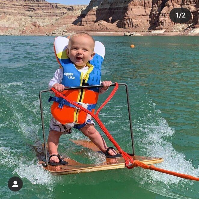 niemowlę na nartach wodnych 3