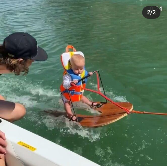 niemowlę na nartach wodnych
