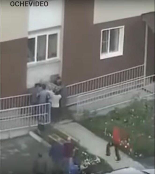 Wyrzuciła dzieci przez okno
