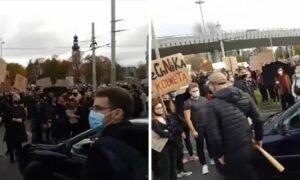 Kierowca z kijem bejsbolowym nie wytrzymał! Wjechał w tłum protestujących