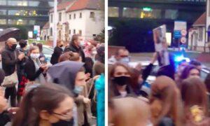 Gesty solidarności na Strajku Kobiet. Policjantka bije brawo protestującym!