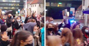 Policjantka bije brawo protestującym