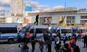 Mężczyzna biegał po radiowozach w trakcie protestu. Dostał za to aplauz!