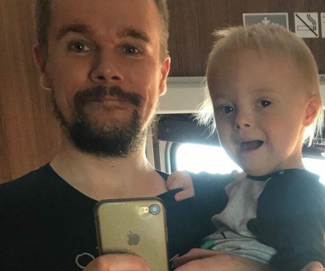 ojciec wychowuje niepełnosprawne dziecko