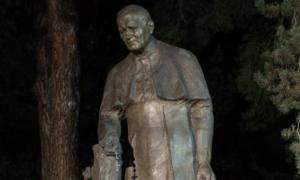 Zdewastowano pomnik Jana Pawła II. Ma na dłoniach krew