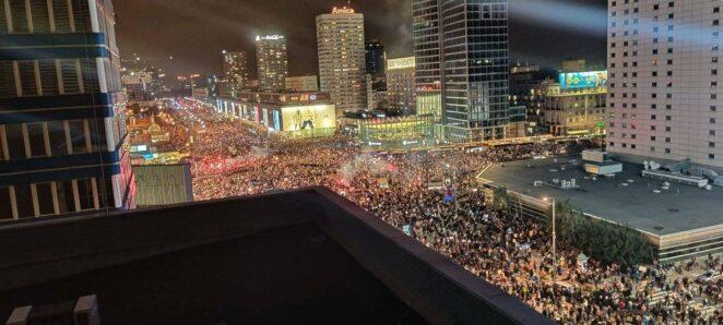 potężna fala protestujących