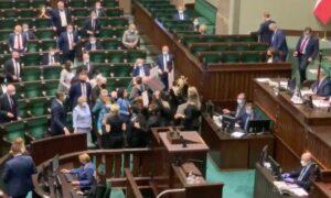 Awantura w Sejmie. Kaczyńskiego musiała bronić Straż Marszałkowska!