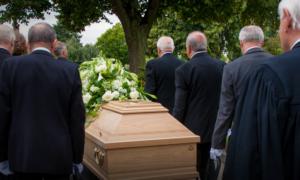 Wierni całowali zmarłych na COVID-19 biskupów w czasie pogrzebu
