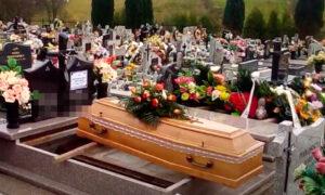 """Nie mógł uczestniczyć w pogrzebie własnego taty. """"Pochowałem go przez Internet"""""""