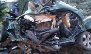 """Tragiczny wypadek na prostej drodze. Samochód """"owinął się"""" wokół drzewa"""
