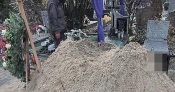 Odcięta głowa wystająca z grobu
