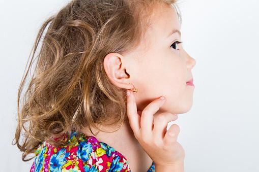 Przekłuła uszy córce