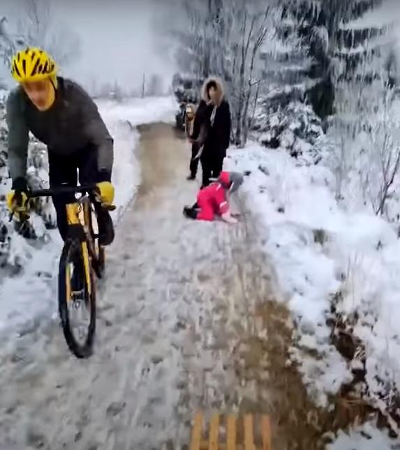 rowerzysta kopnął 5-letnie dziecko 2