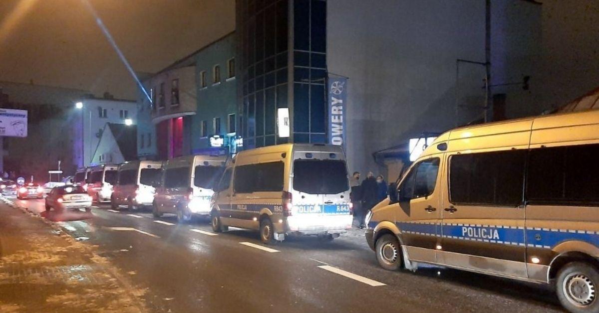 Starcia z policją przed klubem