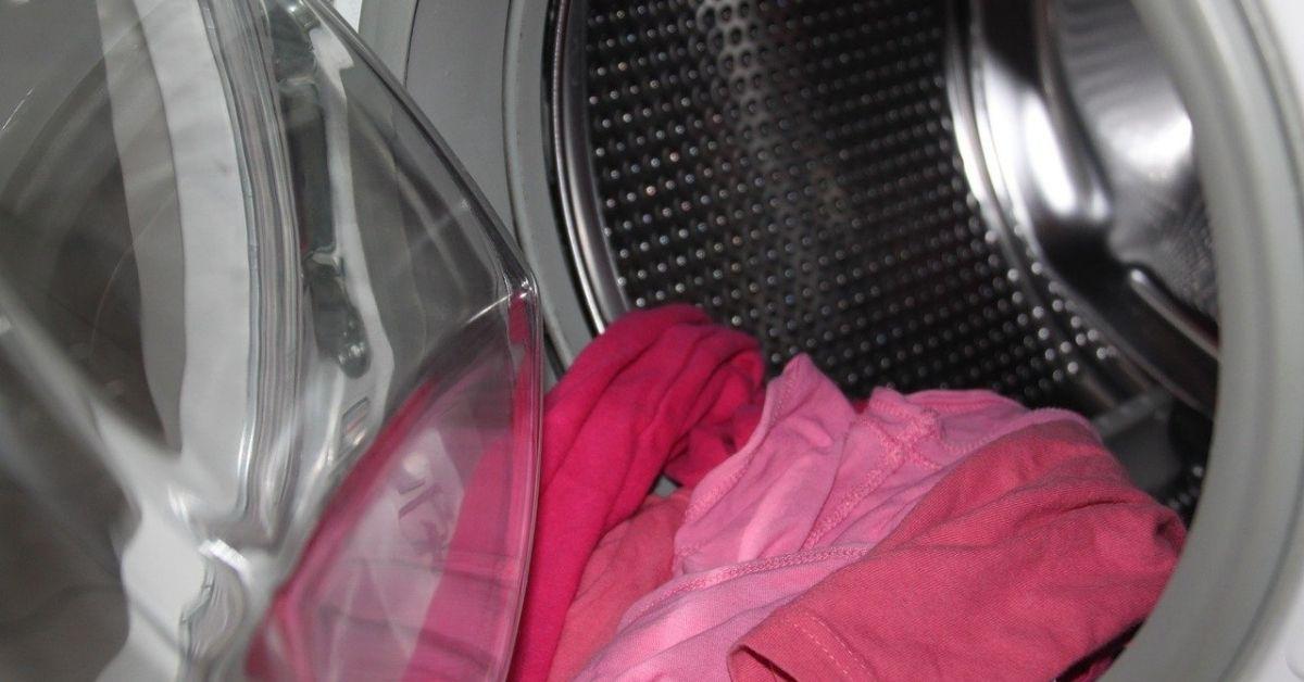 Dziecko we włączonej pralce