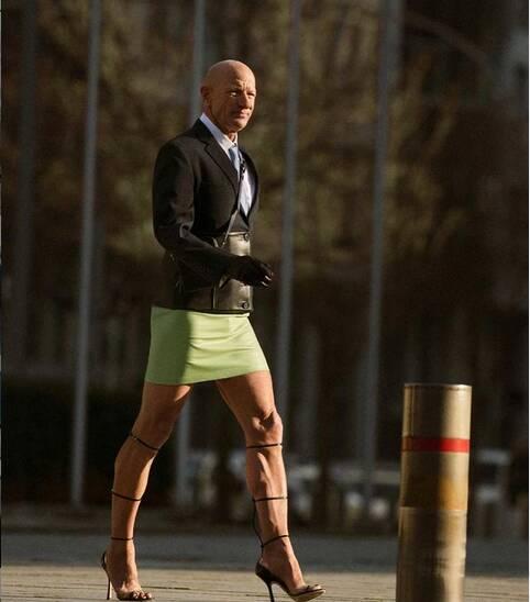 61-latek uwielbia szpilki i spódnice