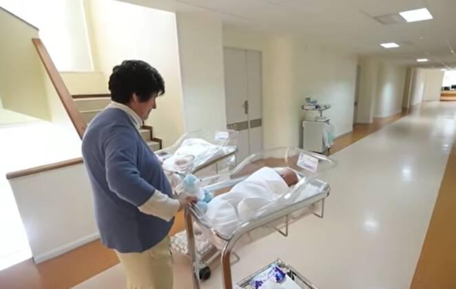 64-latka urodziła bliźnięta