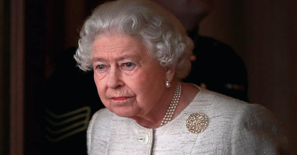 Dwa psy pocieszają królową Elżbietę II