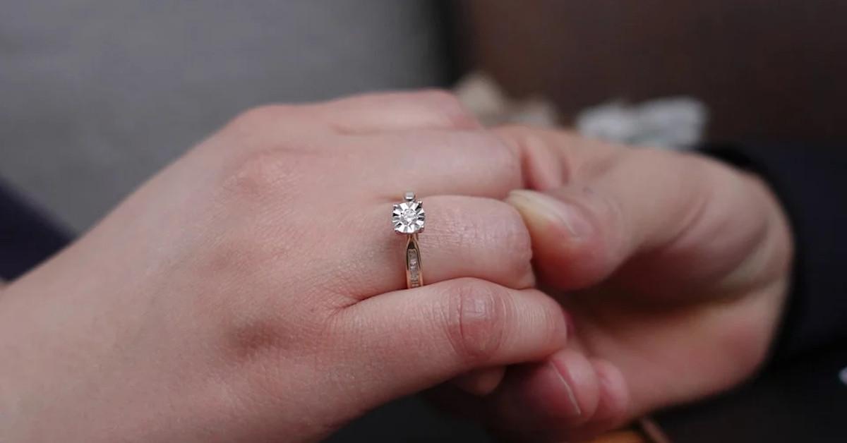pierścionek zaręczynowy wart 350 zł