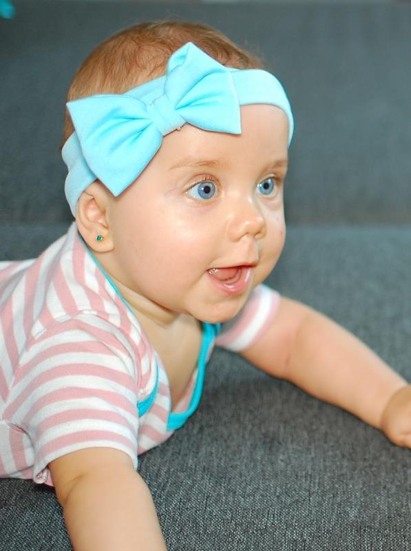 Przekłuwają uszy niemowlakom