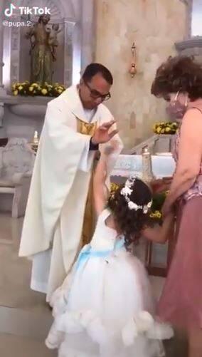 Ksiądz chciał pobłogosławić dziecko