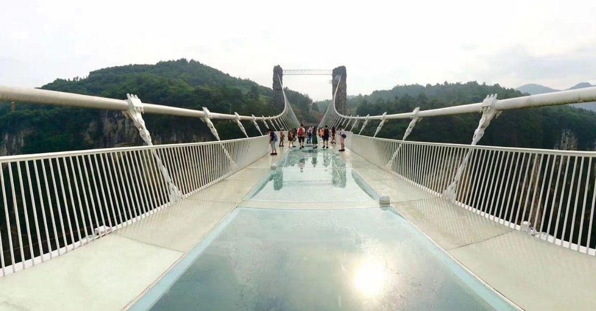 Szklany most zaczął pękać