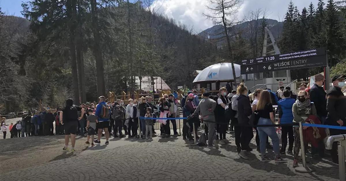tysiące turystów pod Tatrami
