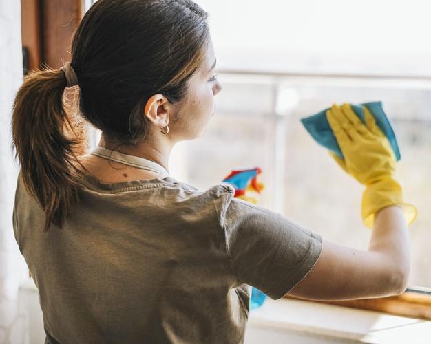 studentka myła okna w szortach 5
