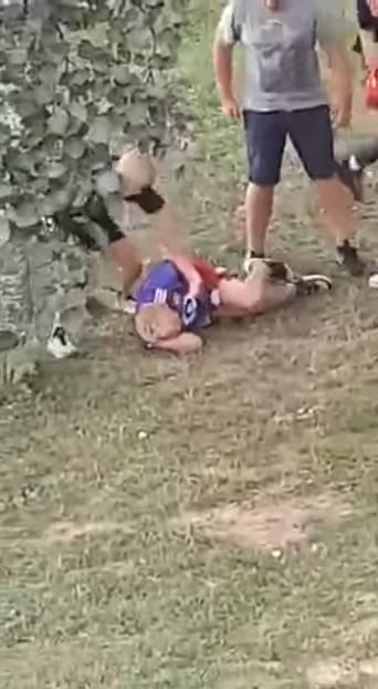 Nastolatek bije chłopca