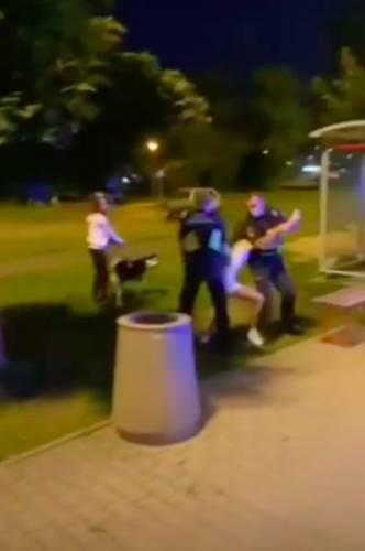 Strażnicy miejscy przyduszali pasażerkę autobusu