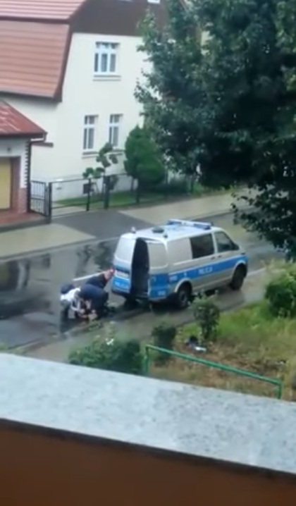 trzech policjantów udusiło mężczyznę 2