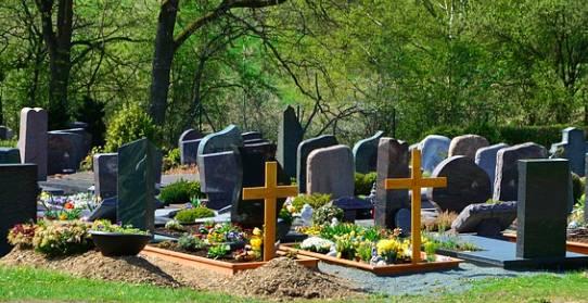 Pozwał Kościół za ogromne koszty pogrzebu